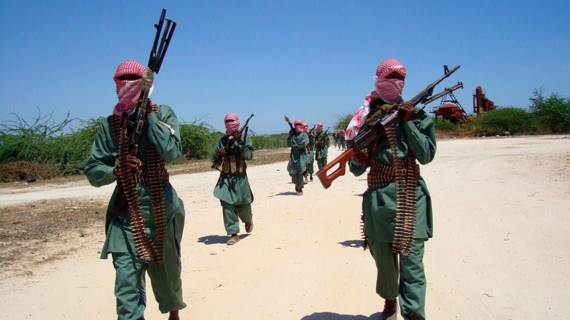 Militants of al Shabaab train with weapons on a street in the outskirts of Mogadishu, November 4, 2008. reuters