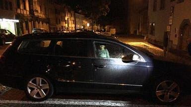 صورة تفطر القلب.. طفل محبوس في سيارة ليلاً والأم تحتفل