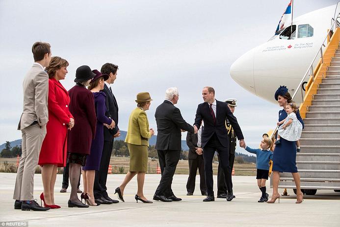 وكان حاكم كندا العام، ديفيد جونستون، الأول في صف المستقبلين للعائلة الأميرية البريطانية