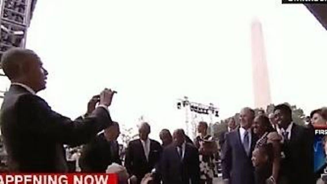 أوباما يأخد صورة لبوش