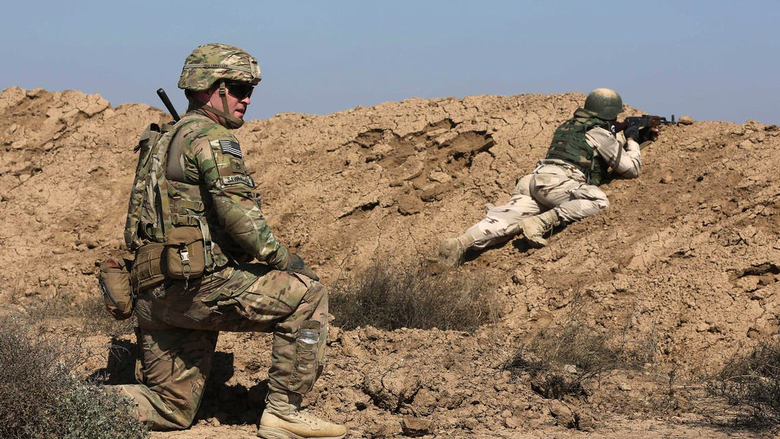 A US soldier trains an Iraqi security forces member in a shooting drill in Taji, north of Baghdad, Iraq, Saturday, March 21, 2015. (File photo: AP)