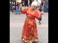"""شاهد.. عجوز أميركية أدمنت الرقص على """"الشيلات"""""""