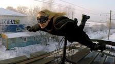 """شاهد.. """"الفتاة الوطواط"""" تحلق فوق قطارات موسكو"""