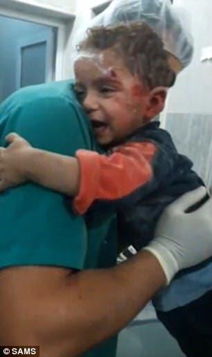 انتشال الأطفال من تحت الركام في حلب