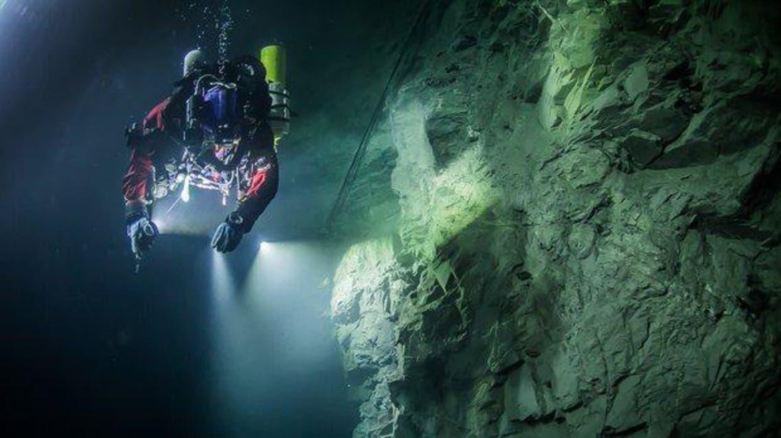 الغواص البولندي كريستوف تشارنافسكي في عمق مئتي متر يستكشف الكهف