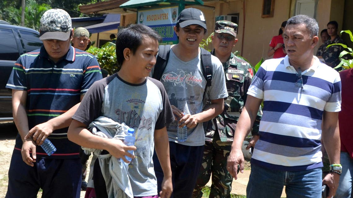 Soldiers and local government officials escort Indonesian hostages (3rd R to L) at an army camp after they were released by Abu Sayyaf rebels linked to Islamic State after three months of captivity, in Jolo, Sulu in southern Philippines, October 2, 2016. reuters