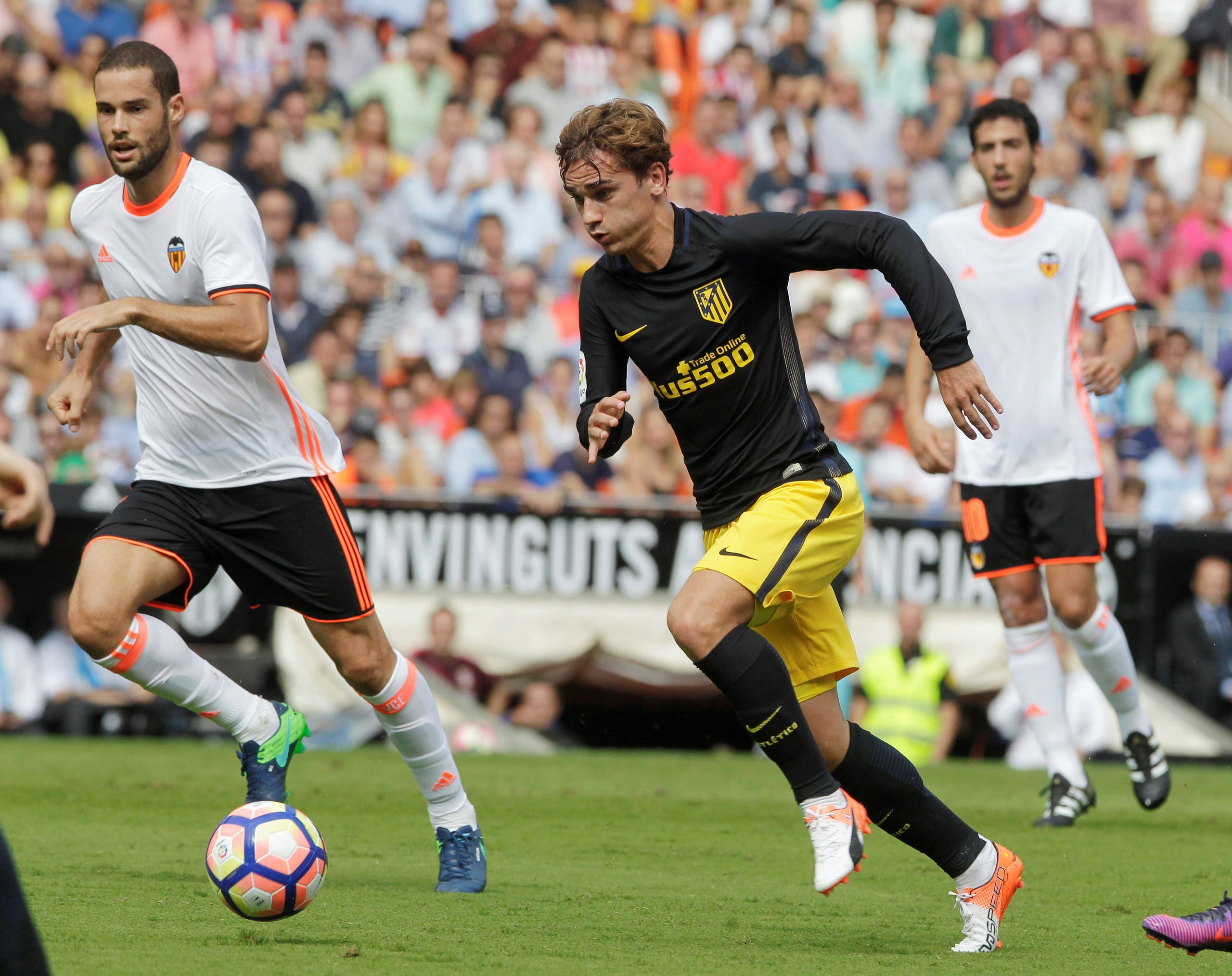 Atletico Madrid's Antoine Griezmann (C) and Valencia's Mario Suarez in action. (Reuters)