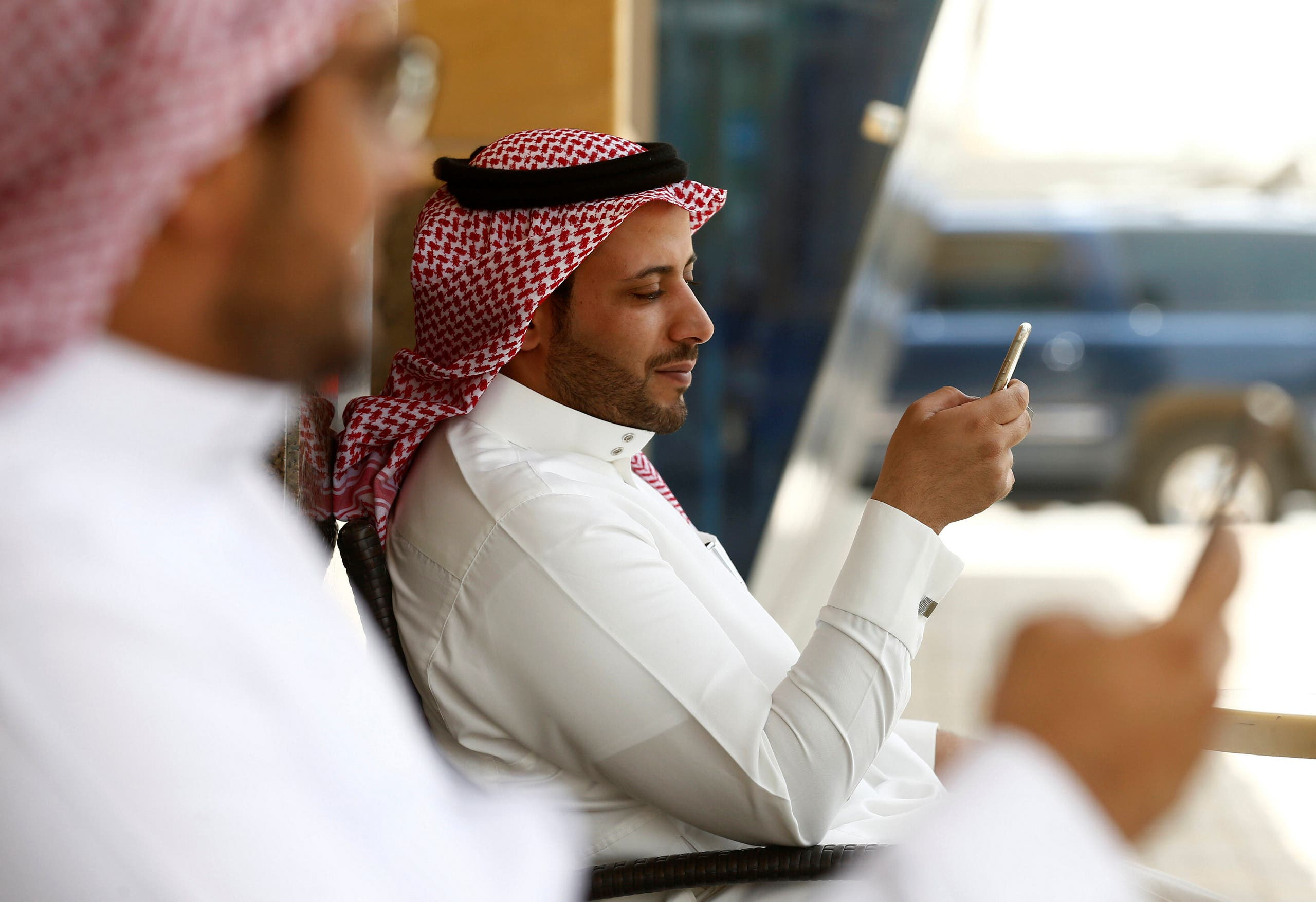 Saudi men explore social media on their mobile devices as they sit at a cafe in Riyadh, Saudi Arabia May 24, 2016. (File photo: Reuters)