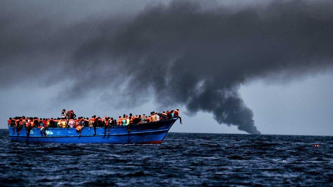 مهاجرون ينتظرون منقذين على بعد 20 ميلاً بحرياً من الساحل الليبي - فرانس برس