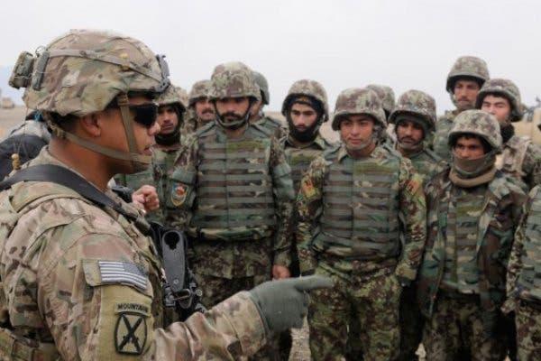 یک افسر آمریکایی سربازان افغان را آموزش میدهد