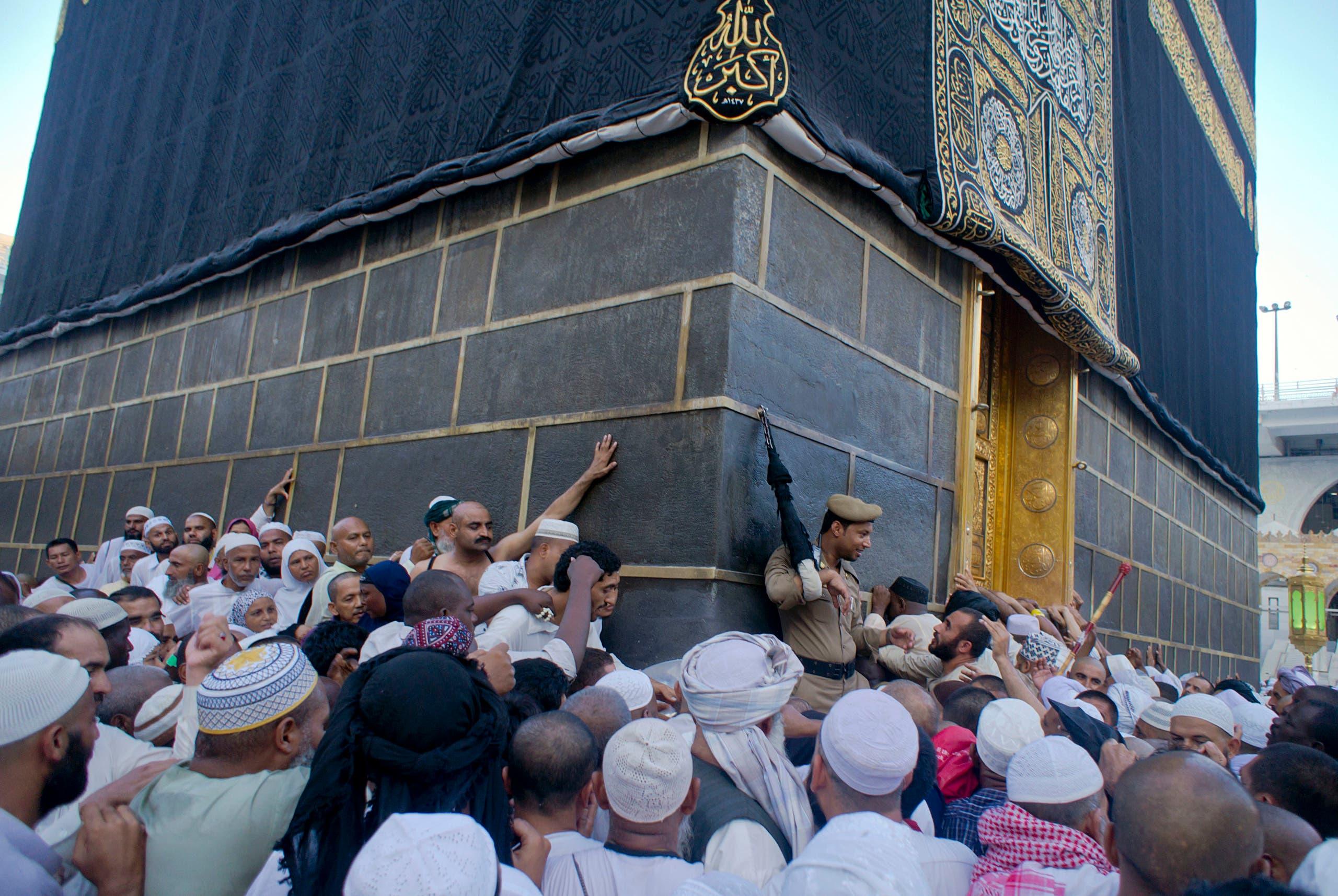 زائرین عمرہ مسجدالحرام میں کعبۃ اللہ کا طواف کررہے ہیں۔