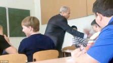 شاهد.. طالب يهاجم الأستاذ بالصف والزملاء يفضون الاشتباك