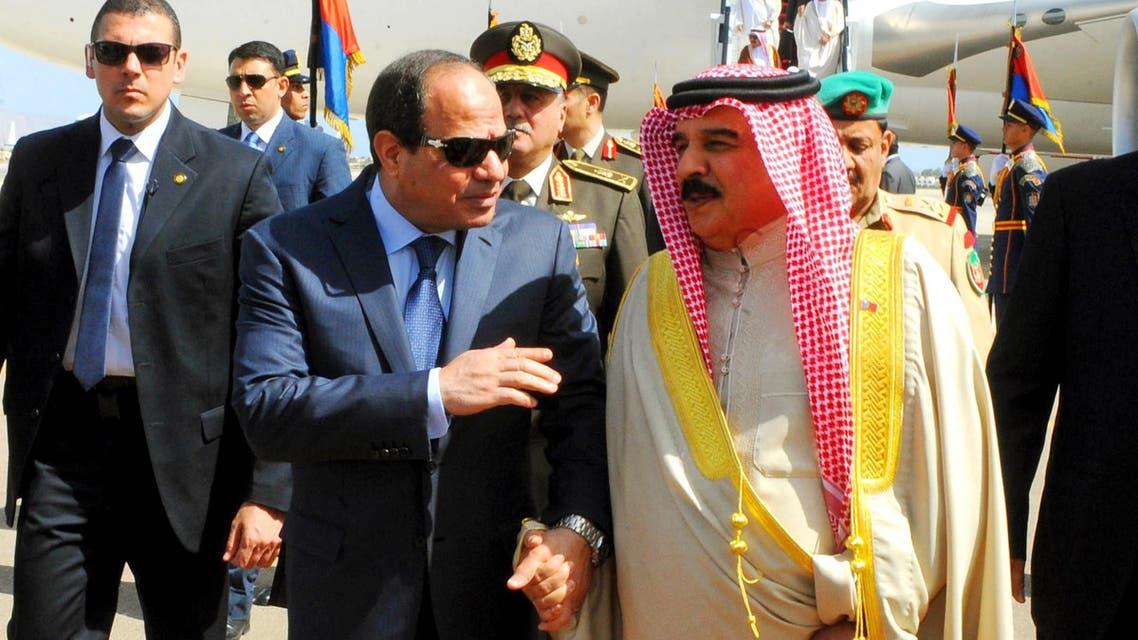 Bahrain's King Hamad bin Isa Al Khalifa (right), walks with Egyptian President Abdel Fattah al-Sisi upon his arrival to attend an Arab summit in Sharm el-Sheikh, South Sinai, Egypt, on March 27, 2015. (File photo:AP)