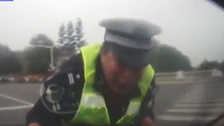 شاهد بالفيديو.. ماذا فعل صيني مخمور برجل شرطة