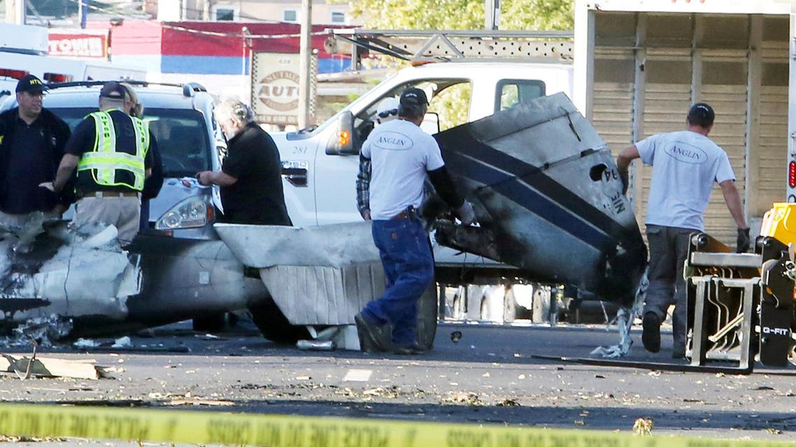 Wreckage is removed from the scene of a twin-engine plane that struck a utility pole and burst into flames in downtown East Hartford, Connecticut U.S., October 12, 2016. (Reuters)