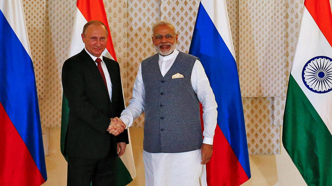 Russian President Vladimir Putin (L) shakes hand with India's Prime Minister Narendra Modi during a photo opportunity ahead of India-Russia Annual Summit in Benaulim, in the western state of Goa, India, October 15, 2016.(Reuters)