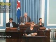 شاهد.. برلمانية ترضع طفلتها أثناء مناقشة مشروع قانون