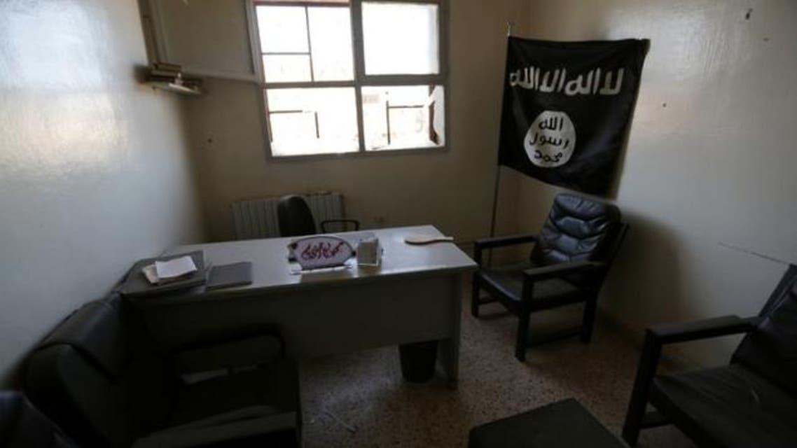 علم الدولة الاسلامية مرفوع داخل مكتب يستخدمه مسلحو التنظيم في قرية تركمان بارح التابعة لمحافظة حلب