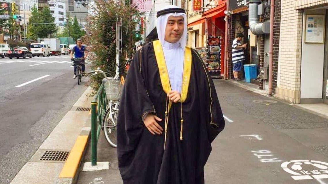 Akira Takatoriya is seen dressing in the traditional Saudi attire in the middle of Japanese streets. (via @Takatoriya)