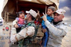 ارتش عراق به غیرنظامیان کمک میکند