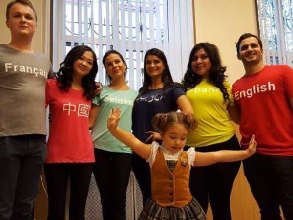 الطفلة الملمة بالعربية و6 لغات أجنبية تذهل السامعين