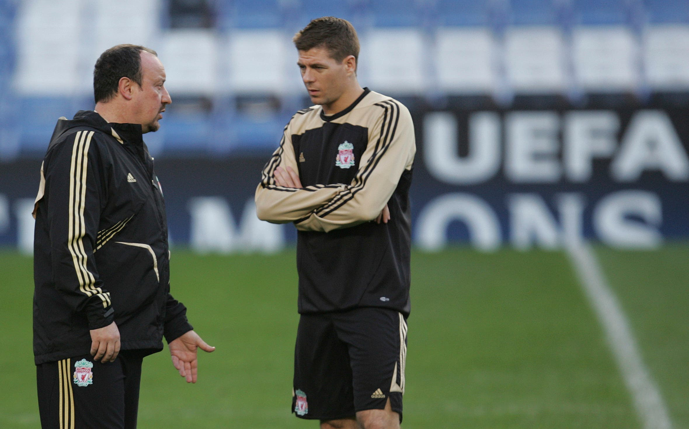 Liverpool's coach Rafael Benitez, left, talks to Steven Gerrard during a training session at Chelsea's Stamford Bridge stadium in London Monday, April, 13, 2009, in preparation for their Champions League quarterfinal second leg soccer match against Chelsea, Tuesday, April 14, in London. (AP)