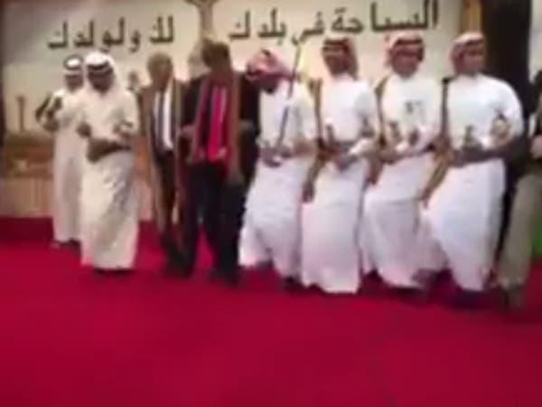 شاهد القنصل الأميركي في جدة يؤدي رقصة شعبية سعودية