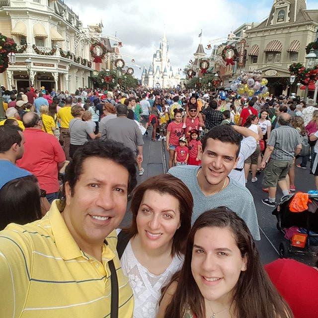 هاني وزوجته وابنه وابنته