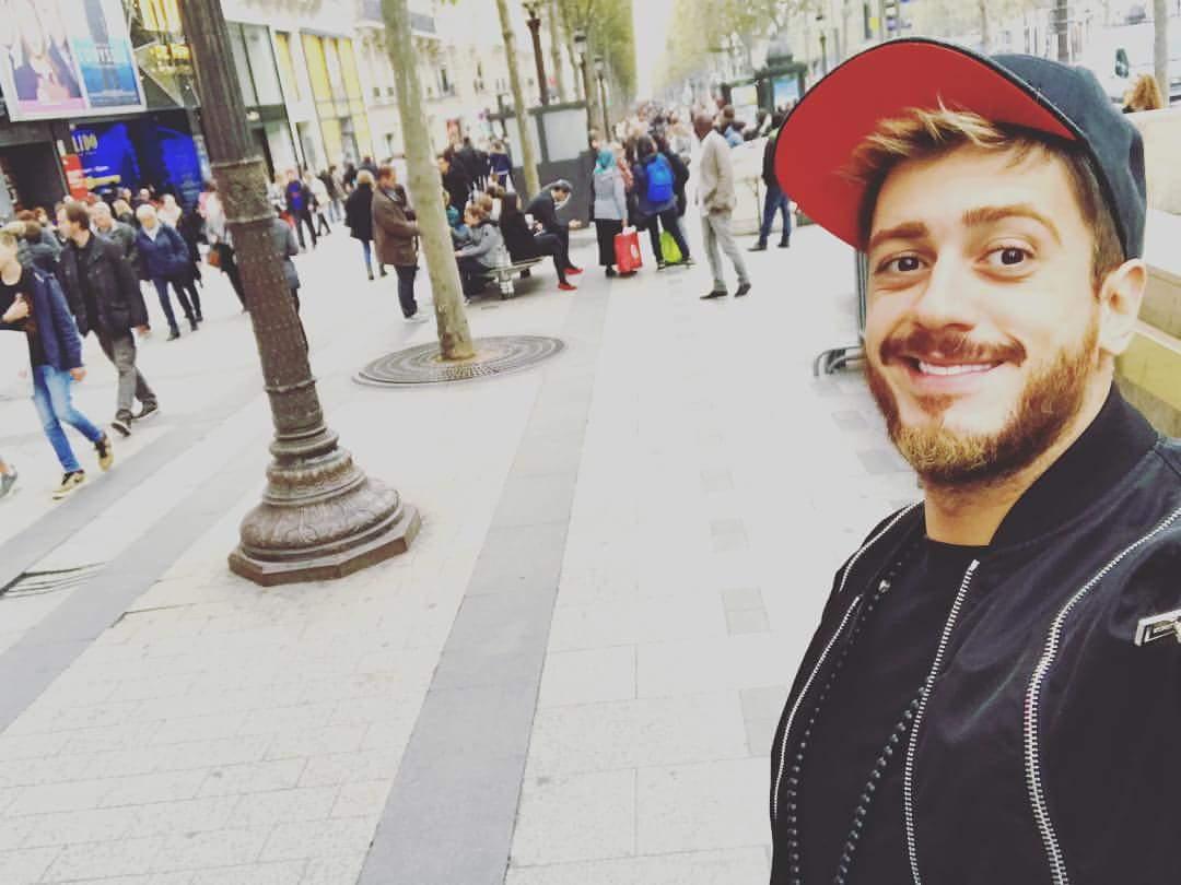 سعد لمجرد يلتقط سيلفي في العاصمة الفرنسية باريس