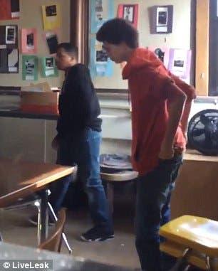 الطالب المعتدي على مدرسته يحاول لملمة نفسه بعد أن تلقى عقابا على فعلته