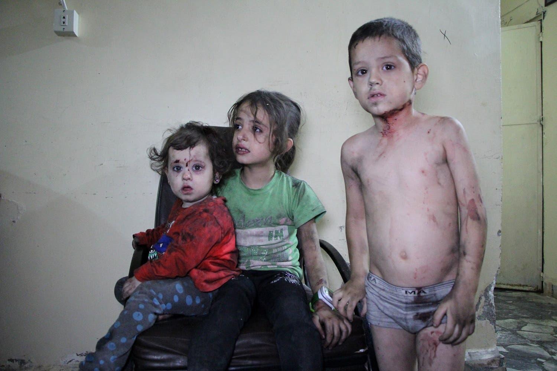 أطفال سوريون مصابون ينتظرون إسعافهم بعد غارة على إدلب (أرشيفية)
