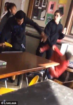المعتدي على مدرسته يسقط أرضا