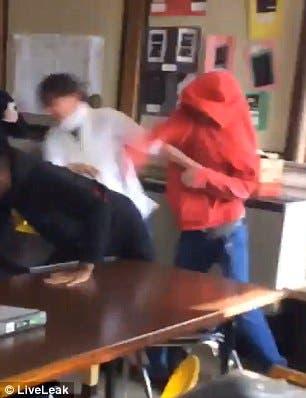 المعلمة تتلقى ضربة على وجهها