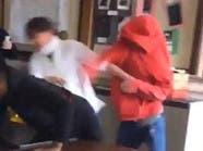 شاهد.. مصارعة في مدرسة المشاغبين تنتهي بضرب معلمة