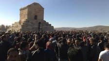 إيرانيون يطوفون حول قبر قورش كالطواف حول الكعبة