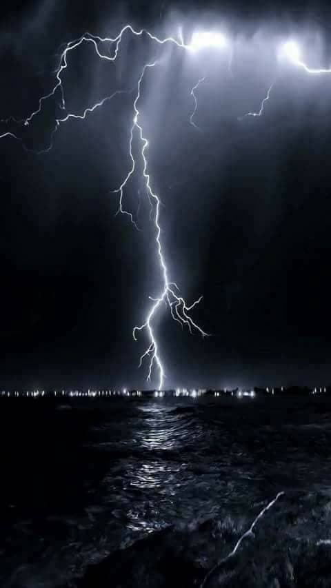 صورة لبرق في مدينة راس غارب على ساحل البحر الأحمر