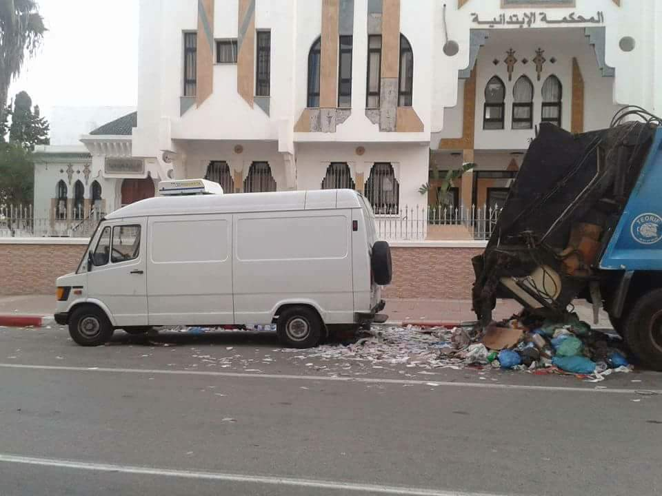 شاحنة النفايات وسيارة بيضاء اللون كان يحمل فيها بائع السمك المتوفي سمكه