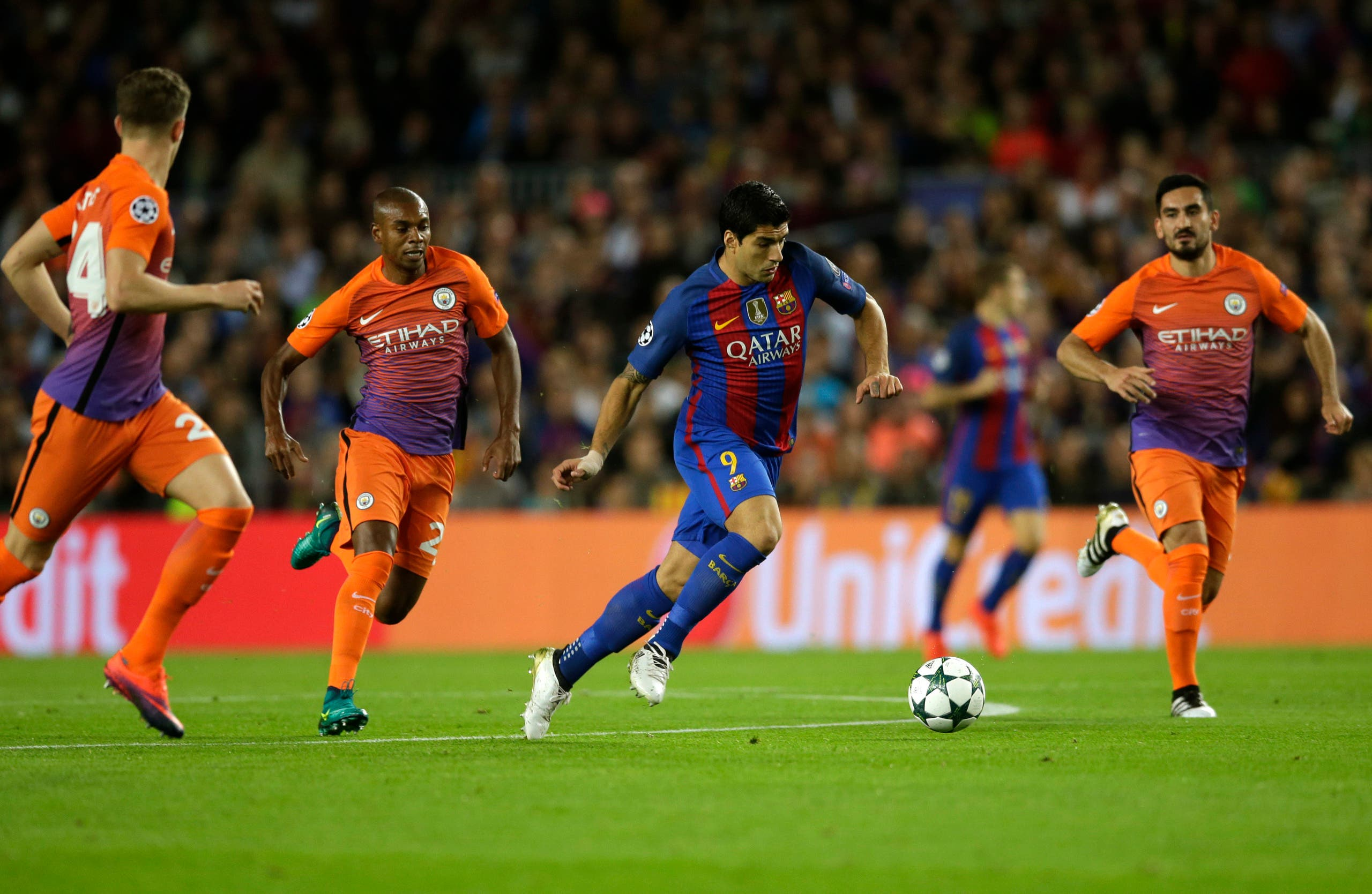 Barcelona's Luis Suarez fights for the ball during a Champions League, Group C soccer match between Barcelona and Manchester City, at Camp Nou stadium in Barcelona, Wednesday, Oct. 19, 2016. (AP)