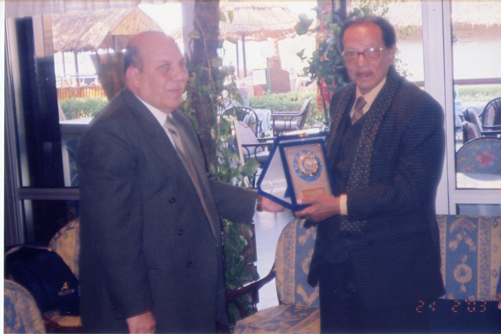 ويتلقي تكريما من وزير التنمية المحلية المصري