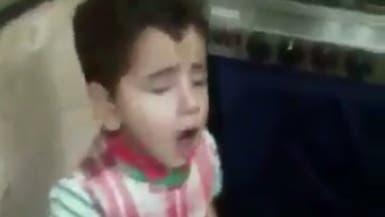 شاهد..أم تقدم وصفة تربية الأطفال بفيديو قاسٍ لضرب ابنها