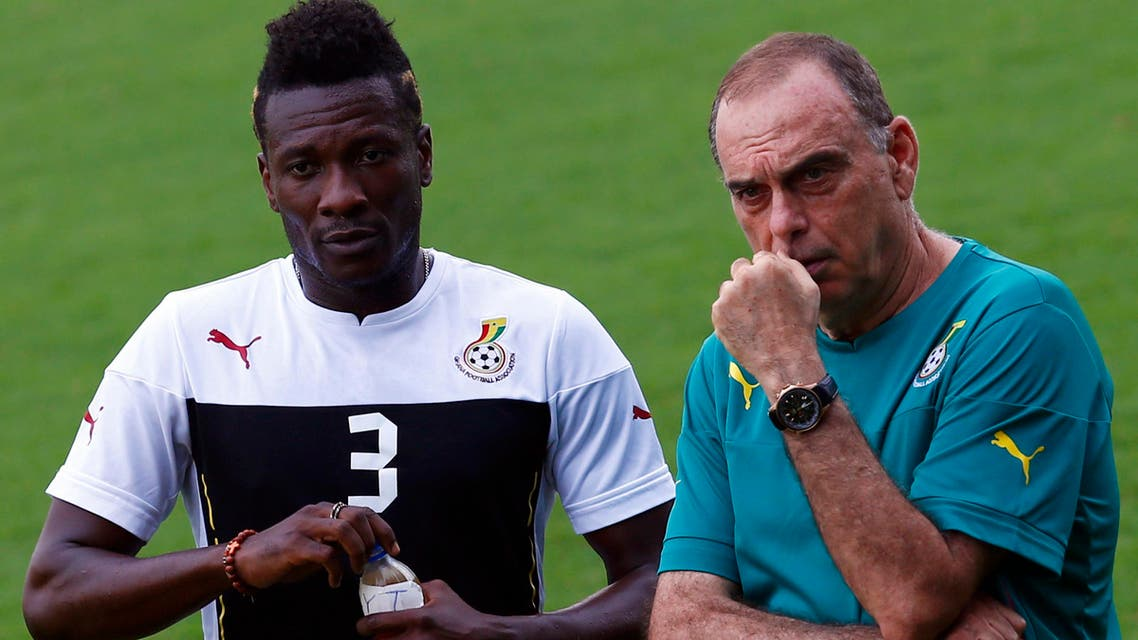 Ghana's head coach Avram Grant (R) of Israel looks on next to Asamoah Gyan during a training session at Bikuy on the outskirts of Bata, February 7, 2015 reuters