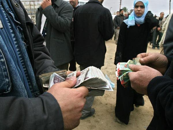 كورونا يعيد شبح السوق السوداء بمصر.. والدولار بـ16 جنيها