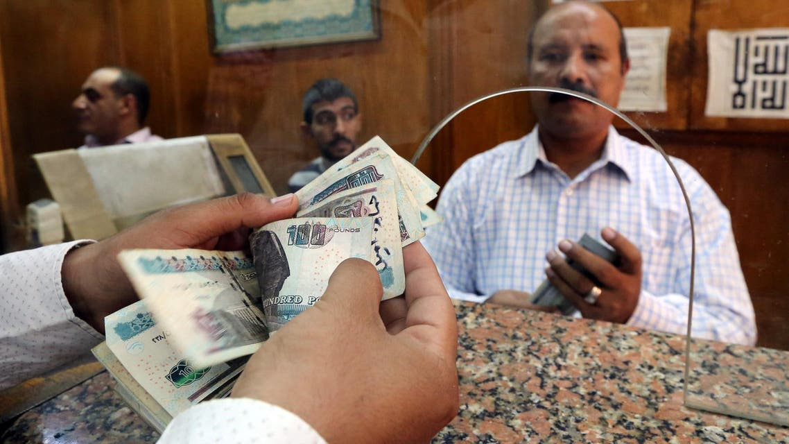 An employee counts Egyptian pounds in a bank in Cairo, Egypt, November 3, 2016. REUTERS