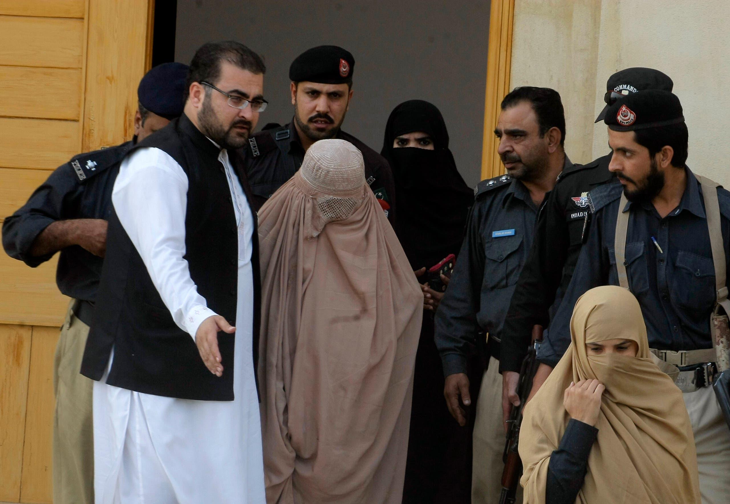 موناليزا الأفغان تغادر المحكمة في بيشاور - فرانس برس