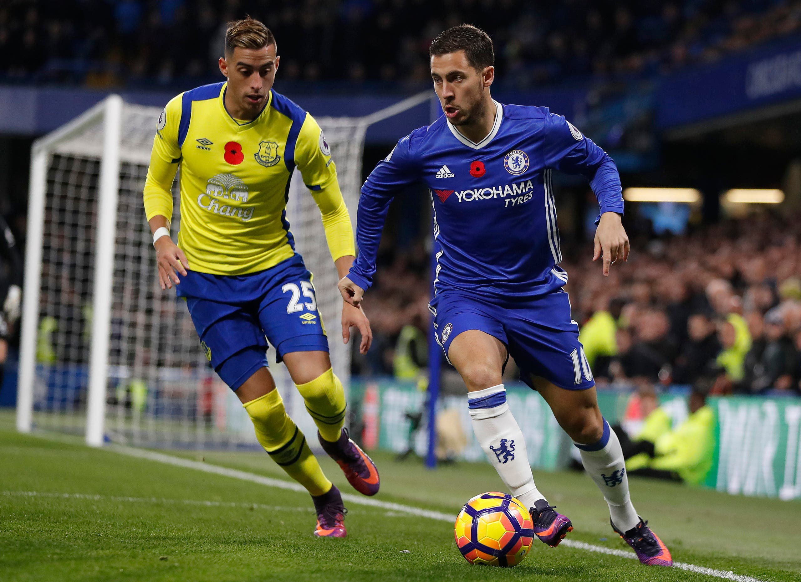 Chelsea's Eden Hazard, right, vies for the ball with Everton's Ramiro Funes Mori during the English Premier League soccer match between Chelsea and Everton at Stamford Bridge stadium in London, Saturday, Nov. 5, 2016. (AP)