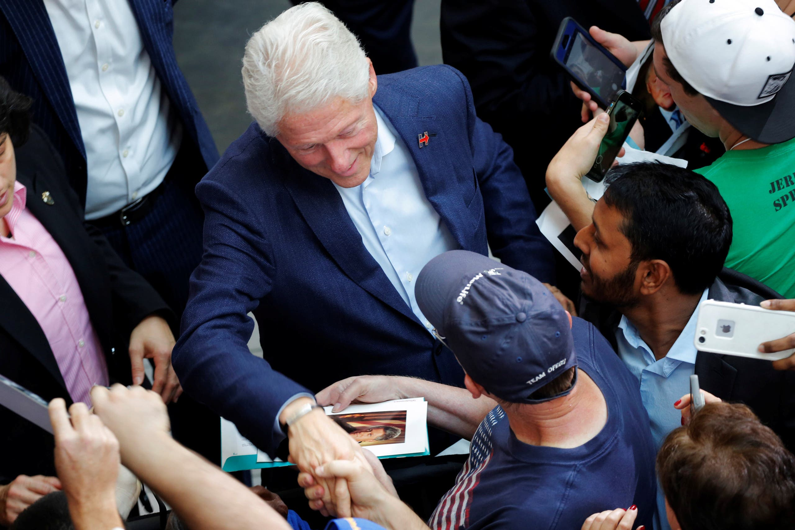 بيل كلينتون يلقي التحية على مناصري زوجته