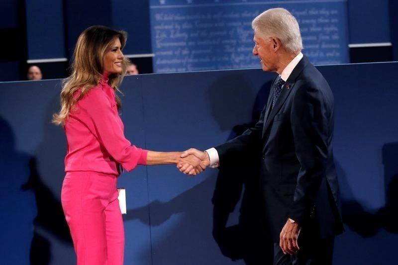 بيل كلينتون يلقي التحية على ميلانيا ترامب زوجة دونالد