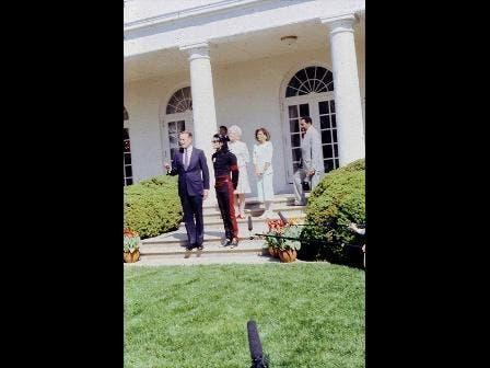 الرئيس الأميركي الأسبق جورج بوش الأب يستقبل مايكل جاكسون في البيت الأبيض (1990)