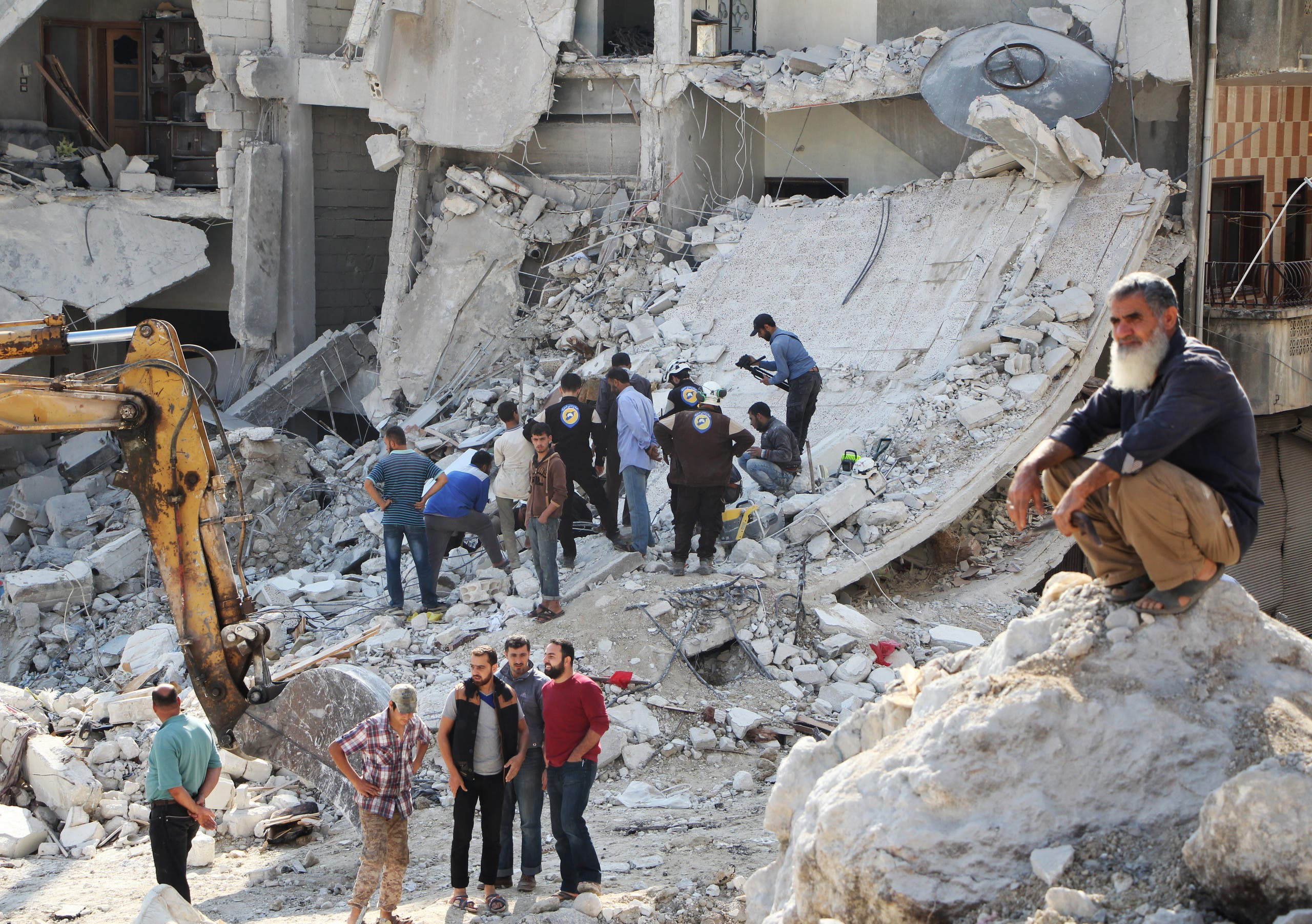 دمار بعد قصف استهدف إدلب - فرانس برس