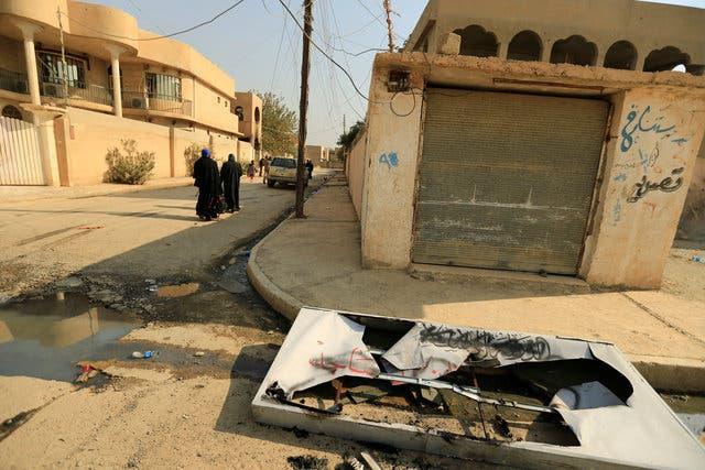 لوحة داعشية محطمة ومرمية أرضاً في حمام العليل